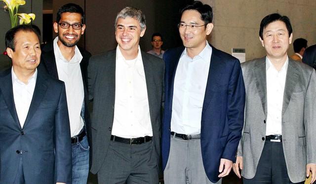 Ông Lee (thứ hai từ phải sang) chụp ảnh cùng Giám đốc điều hành Google Larry Page tại trụ sở chính của Samsung Electronics ở Seocho-dong, Seoul. Ảnh: Samsung Electronics.