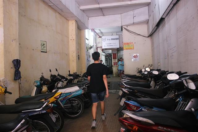 Khách mua sắm trong chung cư cũ phải chịu phí gửi xe, di chuyển bằng thang máy. Ảnh: Lâm Di