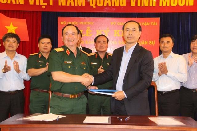 Thượng tướng Phạm Ngọc Minh, Phó tổng tham mưu trưởng Quân đội nhân dân Việt Nam và Thứ trưởng Bộ GTVT Lê Đình Thọ ký bàn giao 21ha đất quân sự tại Cảng HKQT Tân Sơn Nhất cho Bộ GTVT để triển khai xây dựng đường lăn, sân đỗ tàu bay.