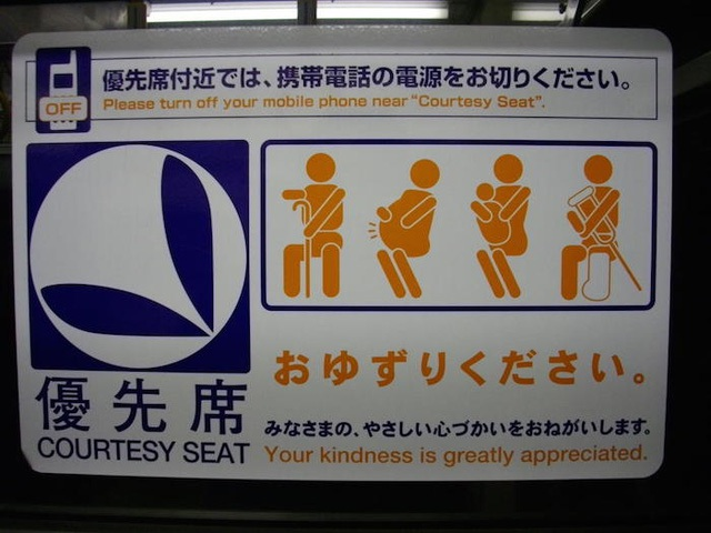 Hình ảnh nhường chỗ cho người già, phụ nữ có thai, trẻ nhỏ hoặc người khuyết tật xuất hiện rất nhiều ở Nhật Bản.