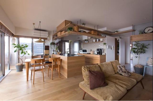 Không cầu kỳ, sang trọng trong bố trí nội thất nhưng căn hộ này luôn mang đến cảm giác thoáng sáng và gần gũi với thiên nhiên.