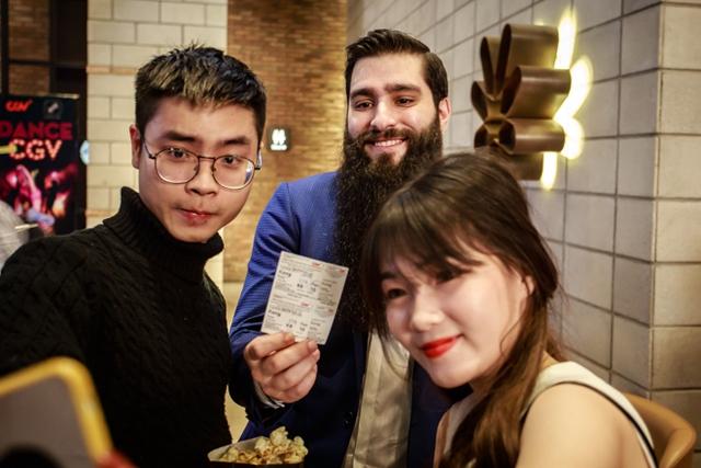 Jordan vui vẻ chụp ảnh cùng các khán giả Việt.