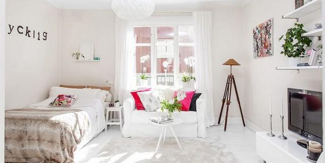 Toàn bộ căn hộ được chủ nhân phủ kín bởi sắc trắng tinh khôi. Nơi rộng thoáng nhất bên cạnh cửa sổ được ưu ái dành làm nơi tiếp khách và giường ngủ.