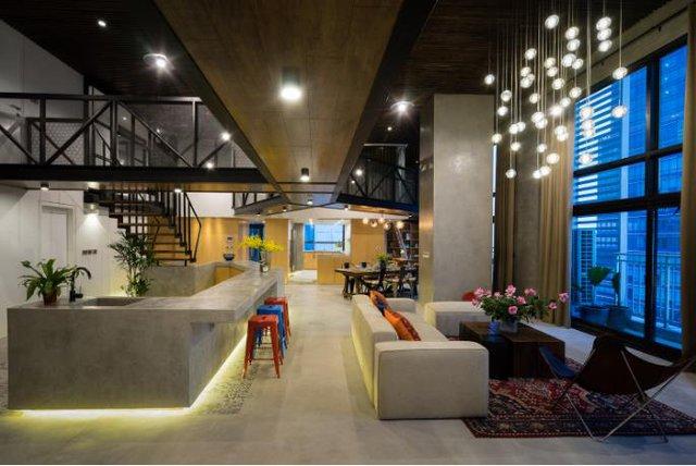 Trên diện tích rộng 320m2 căn hộ được thiết kế theo kiểu gác mái vô cùng lạ mắt.