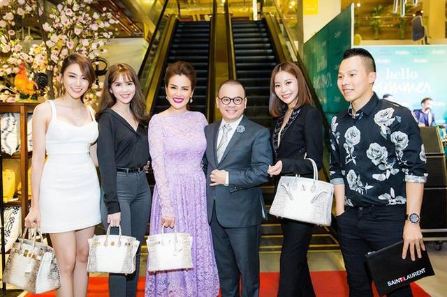 Dàn người đẹp từ trái qua phải: Lê Hà, Ngọc Trinh, Á hậu Phương Lê, Hoa hậu Áo dài Hải Dương. Trên tay ai cũng mang chiếc túi Hermes Himalayan Crocodile Birkin.