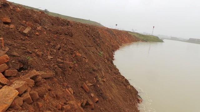 Khai thác cát sỏi trên sông Cầu gây sạt lở đê ở xã Quế Tân (ở Quế Võ, Bắc Ninh), khiến cơ quan chức năng tốn kính phí sửa chữa. Ảnh: Thắng Quang.