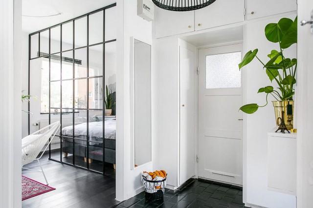 Với diện tích 35m2 căn hộ được thiết kế thành hai khu vực. Ngay lối vào nhà một bên là không gian tiếp khách và phòng ngủ, phía bên kia là phòng bếp và khu vệ sinh.