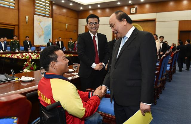 Thủ tướng thăm hỏi VĐV cử tạ Lê Văn Công, VĐV Việt Nam đầu tiên đoạt HCV và lập kỷ lục thế giới tại Paralympics Rio de Janeiro 2016. Ảnh: VGP/Quang Hiếu