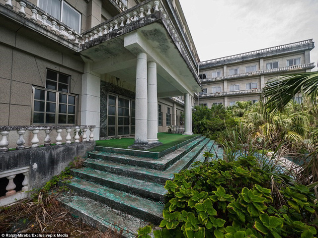 Khách sạn được xây theo kiến trúc Baroque của Pháp, hướng tới khách hàng thuộc tầng lớp trung lưu. Lối vào đầy cây cỏ như trong chuyện cổ tích.