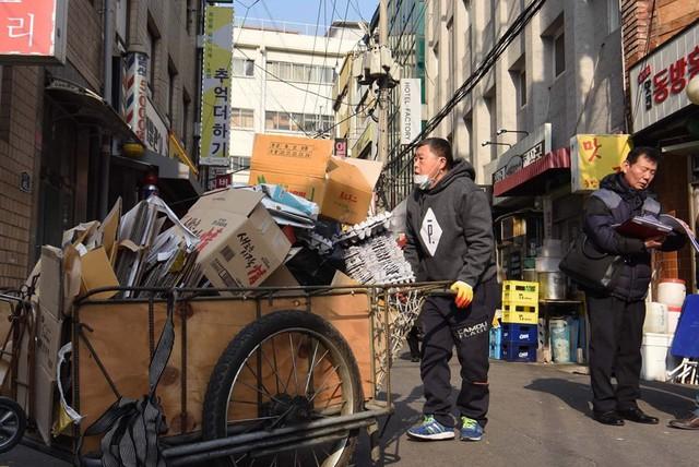 Những người già làm nhân viên bảo vệ hay thu gom rác quanh các tòa nhà của thủ đô Seoul đã trở thành cảnh tượng thường thấy. Ảnh: Channel NewsAsia.
