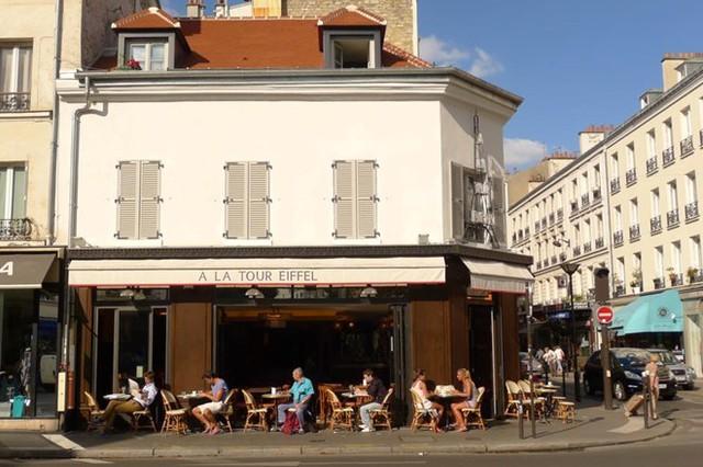 Một góc cà phê trên vỉa hè ở Paris. Ảnh: Tạ Mỹ Dương.