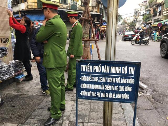Lực lượng chức năng tiến hành nhắc nhở một số hộ buôn bán trên phố Hàng Ngang (phường Hàng Đào, quận Hoàn Kiếm, Hà Nội). Ảnh chụp ngày 10/3/2017. Ảnh: Hoàng Hải.