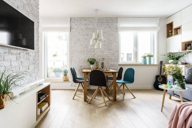 Căn hộ bừng sáng và mát mắt với rất nhiều cây xanh cùng những ô cửa kính lớn. Không gian tầng 1 được thiết kế mở với bếp, phòng khách và khu vực ăn uống.
