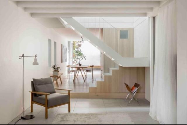 Ngôi nhà ống được thiết kế hai tầng với không gian tầng 1 dành làm nơi tiếp khách và bếp ăn và một khu vườn nhỏ tuyệt đẹp phía sau. Khu vực nghỉ ngơi được đưa lên tầng 2.