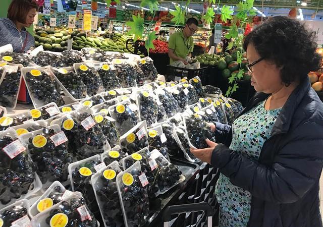 Do giá rẻ nên nhiều người tiêu dùng Việt có thu nhập ở mức trung bình cũng có cơ hội ăn các loại hoa quả nhập khẩu