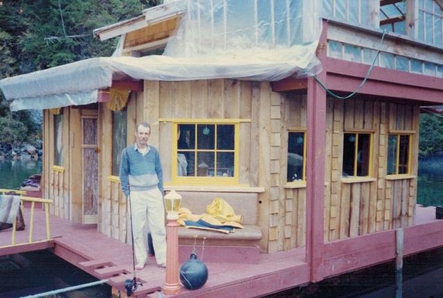 Hình ảnh người đàn ông hãnh diện đứng cùng ngôi nhà của mình năm 1992.