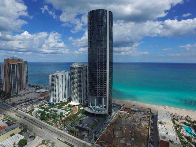 Tòa tháp Porsche Design Tower cao 60 tầng nằm kế bên bãi biển tuyệt đẹp Sunny Isles, Miami, bang Florida (Mỹ).
