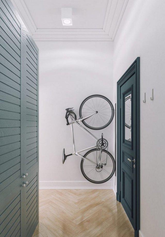 Một sáng kiến thông minh cho lối vào nhà thêm rộng. Thay vì dựng dưới sàn nhà chiếc xe đạp được treo cố định lên bức tường mỗi khi không dùng đến. Nơi đây cũng là góc để tủ quần áo của chủ nhà.
