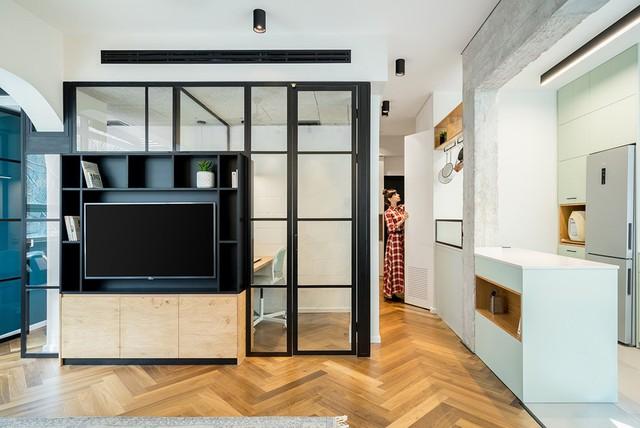 Do nhu cầu của chủ nhân căn hộ, một cặp vợ chồng trẻ làm việc tại nhà, căn hộ đã được thiết kế lại để tạo không gian làm việc biệt lập với không gian sống.