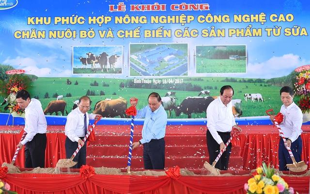 Thủ tướng Nguyễn Xuân Phúc phát lệnh khởi công xây dựng Khu phức hợp nông nghiệp công nghệ cao chăn nuôi bò và chế biến các sản phẩm từ sữa. Ảnh: VGP/Quang Hiếu