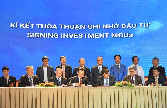 Thủ tướng chứng kiến các nhà đầu tư và đại diện tỉnh Bình Thuận ký các biên bản hợp tác đầu tư. Ảnh: VGP/Quang Hiếu