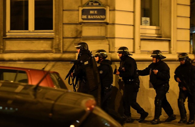 Cảnh sát tăng cường ở gần khu vực vụ xả súng. Ảnh: Getty.