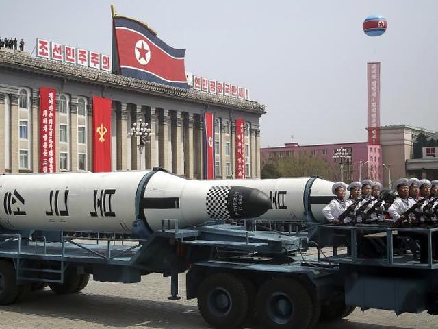 Tên lửa đạn đạo phóng được từ tàu ngầm được trưng bày trong cuộc duyệt binh tại Quảng trường Kim Nhật Thành ngày 15/4 ở Bình Nhưỡng, Triều Tiên. Ảnh: AP.