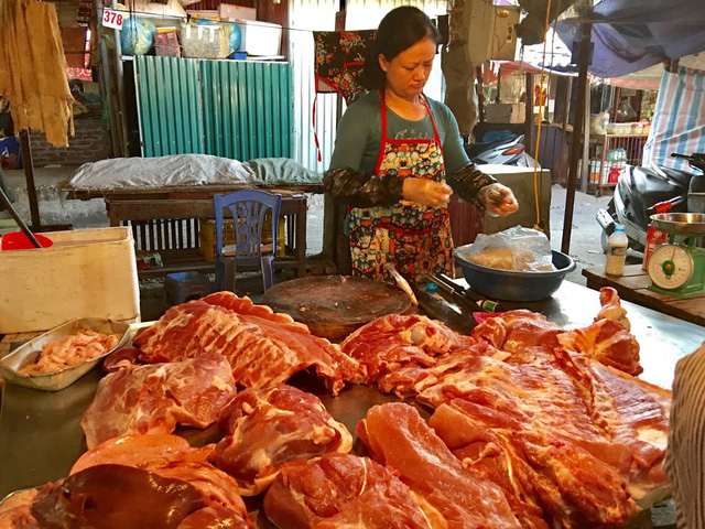 Tại chợ hay siêu thị, giá thịt lợn vẫn cao ngất ngưởng mặc cho giá lợn hơi xuất chuồng giảm mạnh