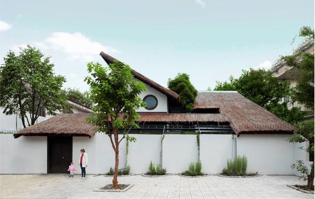 Chủ ngôi nhà này mong muốn tái hiện được những những kí ức của tuổi thơ bên mái lá, ao cá, lùm cây dân dã trong khuân viên ngôi nhà.