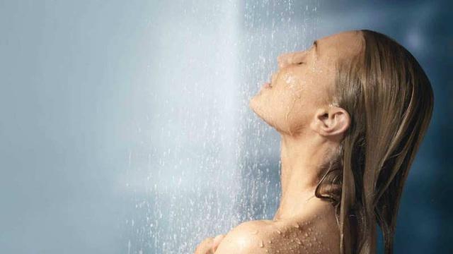 Tắm buổi sáng đánh thức cơ thể và giúp bạn trở nên tỉnh táo, sáng suốt để bắt đầu ngày mới.