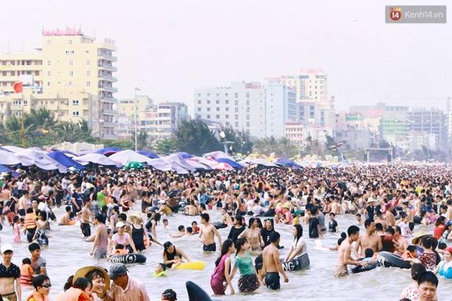 Du khách tập trung đông đúc dưới bãi biển. Ảnh: Thu Hường