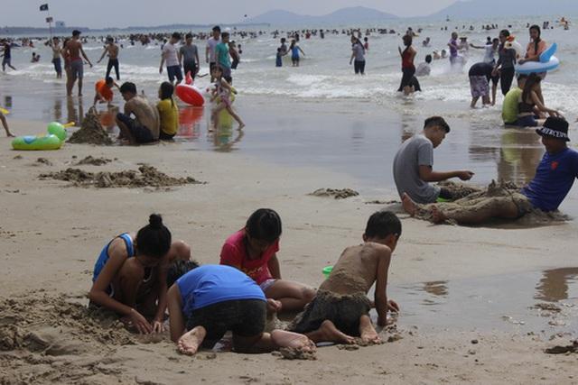 Du khách vui chơi trên bãi biển sạch sẽ