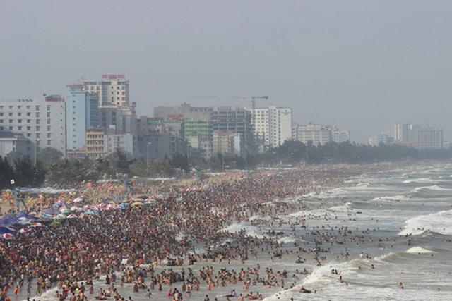Bãi biển Sầm Sơn - Thanh Hóa ken kín người vào chiều 1-5 Ảnh: THANH TUẤN