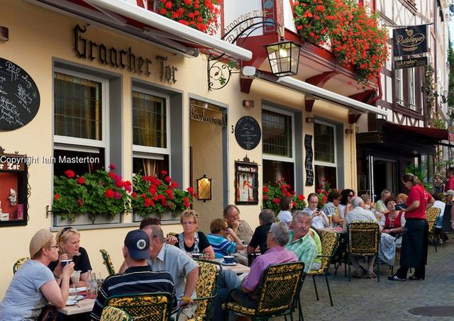 Tại nhiều nước như Đức, người ta đến quán cà phê chủ yếu để trò chuyện, đọc sách báo chứ không phải làm việc.