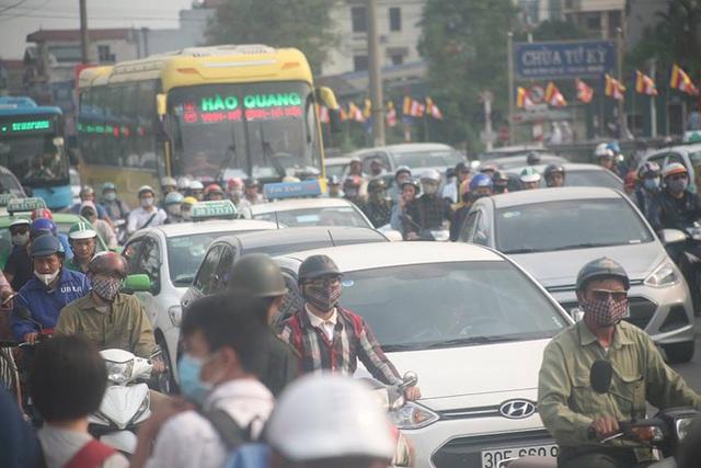 Dòng người đổ về thành phố sau dịp nghỉ lễ