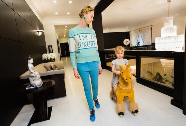 Chiếc áo len IIona đang mặc được người bạn Andrey Artyomov thiết kế với màu sắc dành riêng cho cô. Artyomov là người có phong cách thời trang nổi tiếng trong số các bà vợ của những ông trùm chính trị.