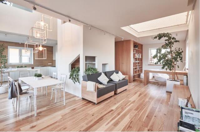 Tầng 1 của ngôi nhà được thiết kế mở thoáng rộng và rất tiện cho người sử dụng. Nội thất trong nhà hầu hết đều được làm từ gỗ tạo không gian ấm áp và thân thiện.