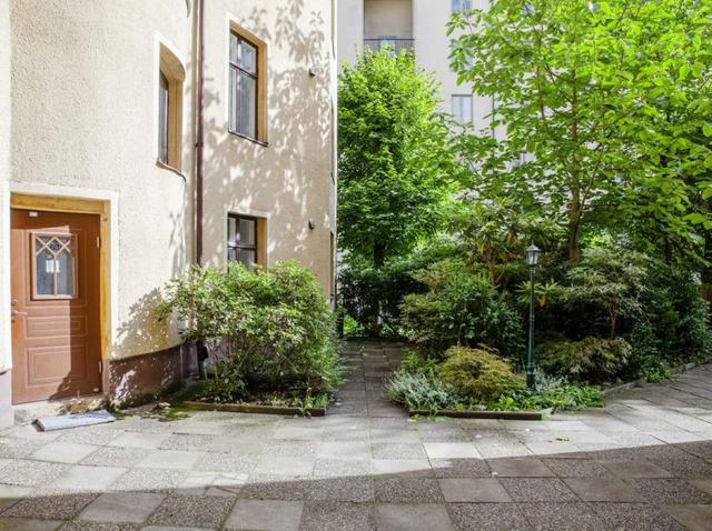 Với lợi thế nằm ngay tầng một của tòa nhà cao tầng nên căn hộ nhỏ khá mát mẻ với rất nhiều cây xanh trước nhà.