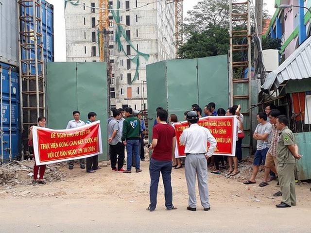 Người dân mua phải dự án Tân Bình Apartment treo băng rôn phản đối chủ đầu tư xây dựng sai phép, giao nhà chậm hơn 1 năm.