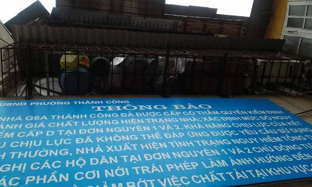 Mặc dù UBND phường Thành Công yêu cầu tháo dỡ các phần cơi nới. Tuy nhiên, chuồng cọp vẫn bao vây khu nhà.