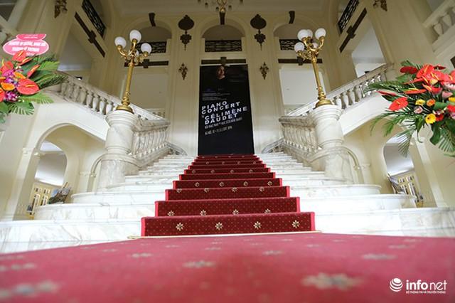 Theo đó, sẽ có hai chương trình dành cho du khách đến tham quan Nhà hát Lớn, tuỳ theo nhu cầu của khách, gồm: Tham quan nhà hát; tham quan nhà hát và xem biểu diễn nghệ thuật.