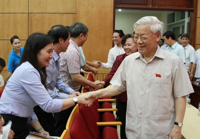 Tổng Bí thư Nguyễn Phú Trọng cùng các cử tri. - Ảnh: VGP/Gia Huy