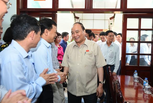 Cử tri Hải Phòng chào đón Thủ tướng. Ảnh: VGP/Quang Hiếu