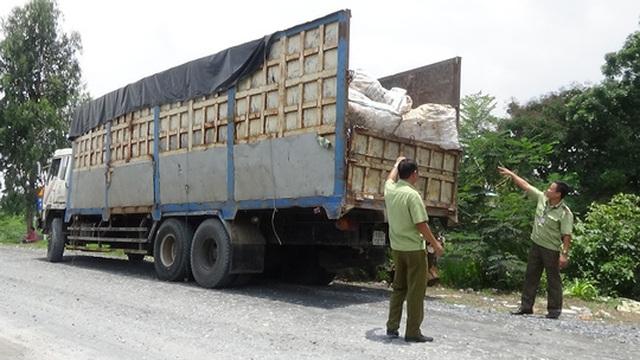 Xe tải chở đường lậu từ Thái Lan, Campuchia về kho ở quận Bình Tân (TP HCM) được ngụy trang thành xe chở rác, ve chai.