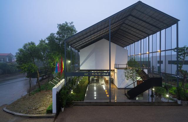 Với ý tưởng tìm sự gắn kết giữa con người với con người, con người với thiên nhiên tòa nhà văn phòng của công ty Việt Mỹ - có trụ sở tại Nghệ An được thiết kế hai mái khá độc đáo.