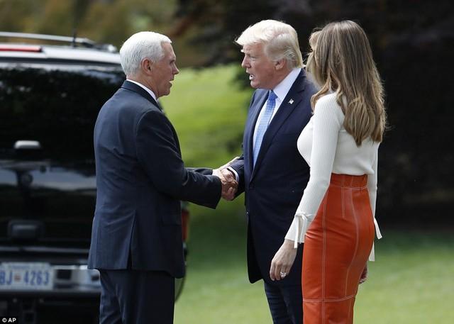Phó Tổng thống Mỹ Mike Pence ra tiễn vợ chồng Tổng thống Trump. (Ảnh: AP)