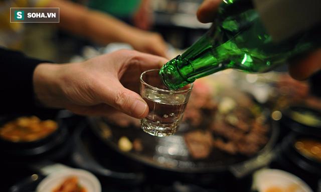 Uống quá nhiều rượu không chỉ gây tác hại nặng nề với dạ dày nói riêng mà còn ảnh hưởng nghiêm trọng tới công năng của nhiều cơ quan khác. (Ảnh minh họa).