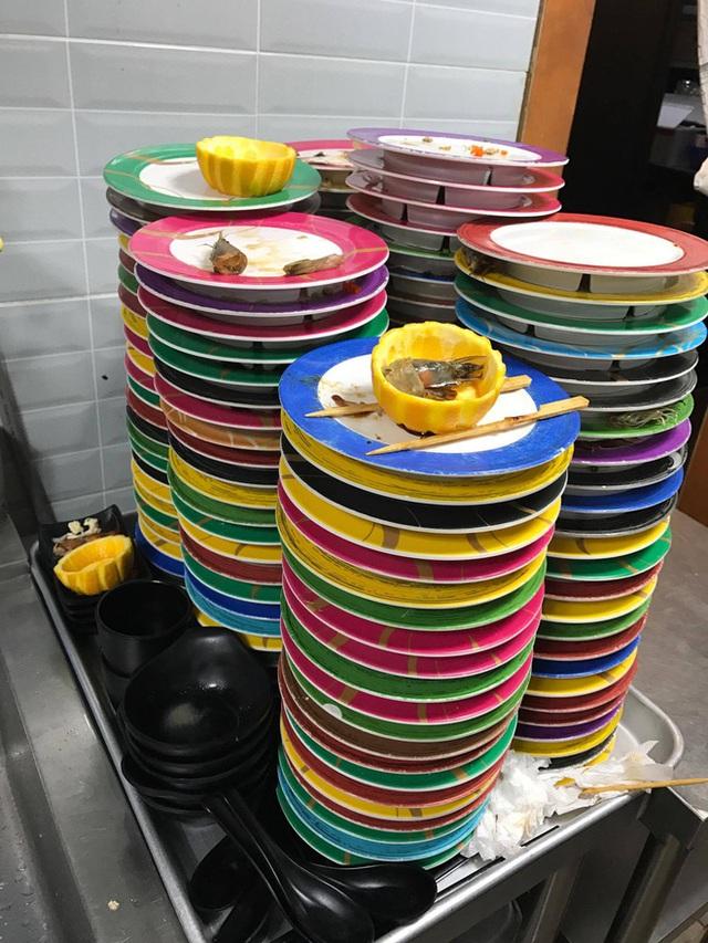 Đây là chồng bát đĩa cao ngất mà Nhung phải rửa sạch mỗi buổi làm.