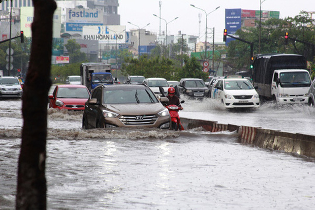 Đường Nguyễn Hữu Cảnh bị ngập sau một trận mưa