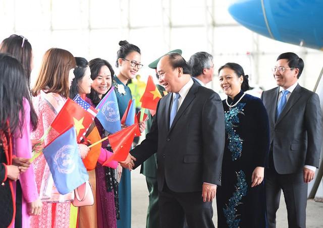 Phái đoàn Việt Nam tại LHQ đón Thủ tướng tại sân bay. Ảnh: VGP